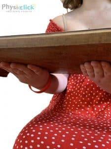 ידיים דוחפות שולחן