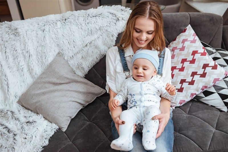 אחות גדולה מחזיקה תינוק