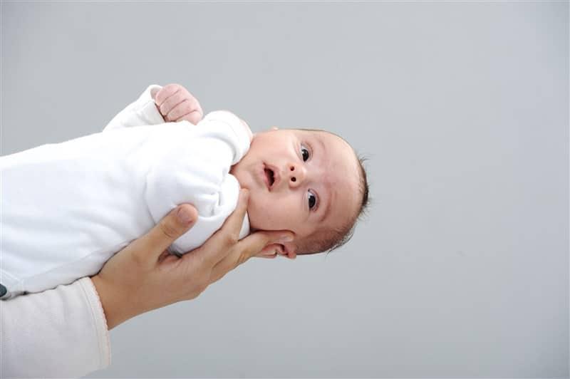 תינוק מונח על זרוע