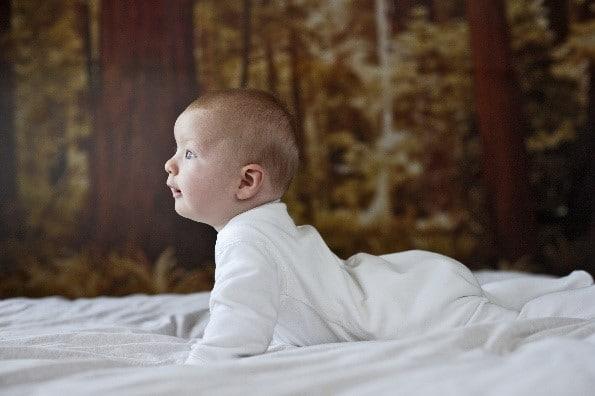 תינוק מחויך על הבטן