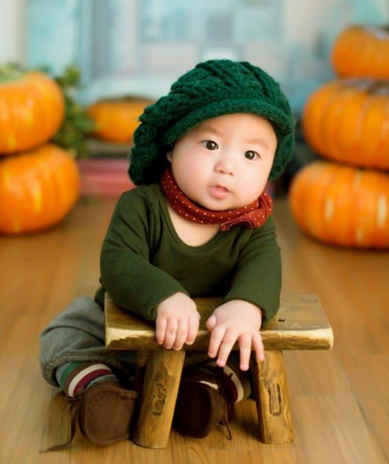 תינוק סיני יושב